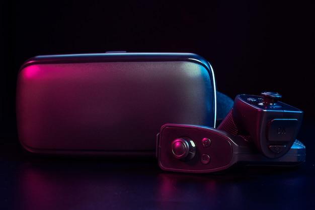 Equipamento de realidade virtual em cima da mesa.