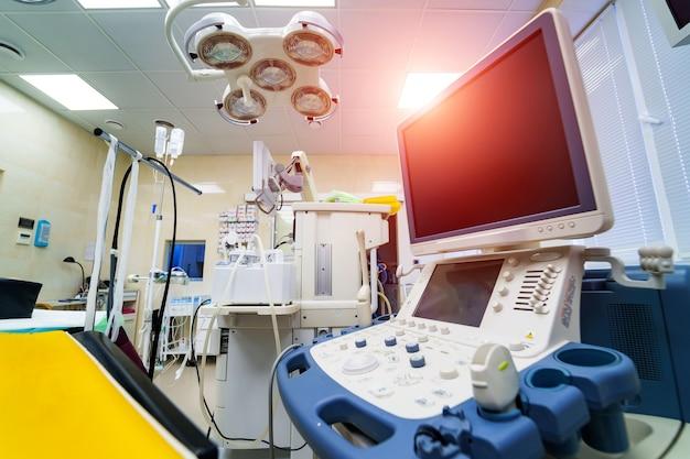 Equipamento de scanner de ultrassom em hospital clínico.