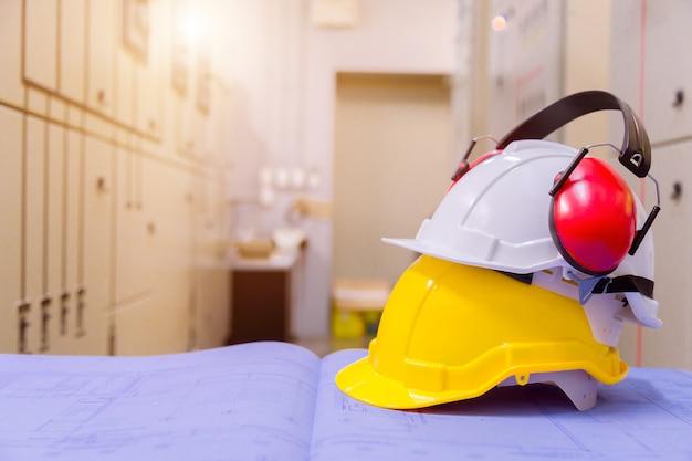 Equipamento de segurança de construção padrão na sala de controle, construção e conceito de segurança.
