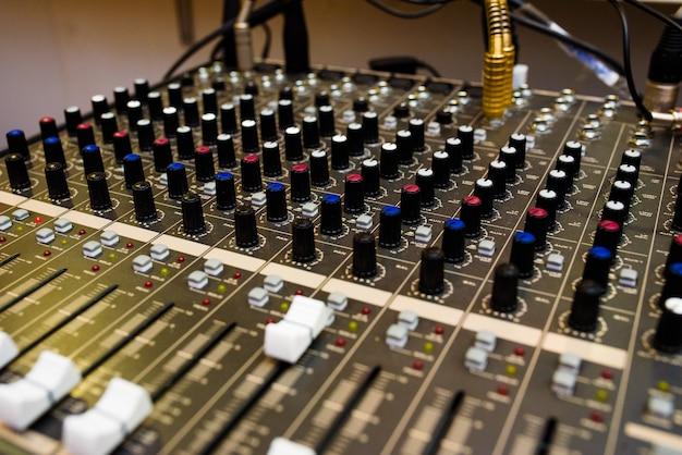 Equipamento de som, mixer de som.