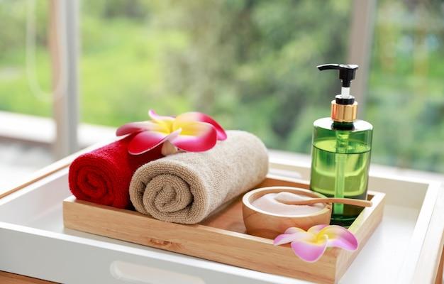 Equipamento de spa na bandeja de madeira na sala de spa.