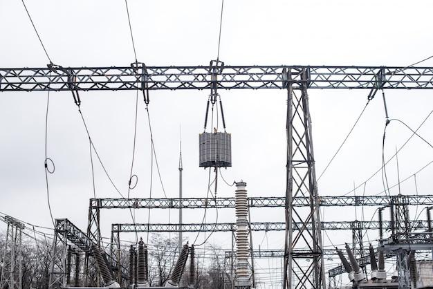 Equipamento de subestação elétrica. transformadores, seccionadores. engenharia de energia
