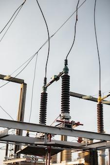 Equipamento de subestação elétrica. transformadores, seccionadores. engenharia de energia.