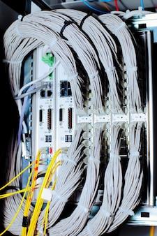 Equipamento de telecomunicação de cabos de rede em um datacenter de operadora de telefonia móvel.
