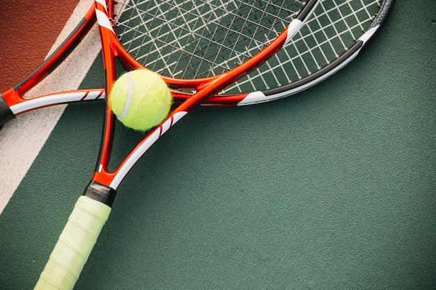 Equipamento de tênis com uma bola de tênis