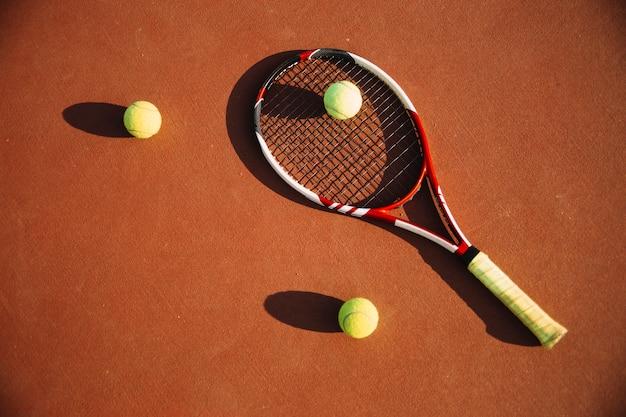 Equipamento de tênis no campo de tênis