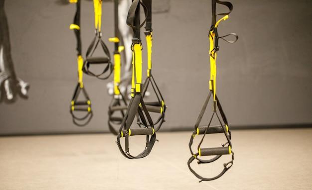 Equipamento de treinamento funcional preto sobre fundo cinza