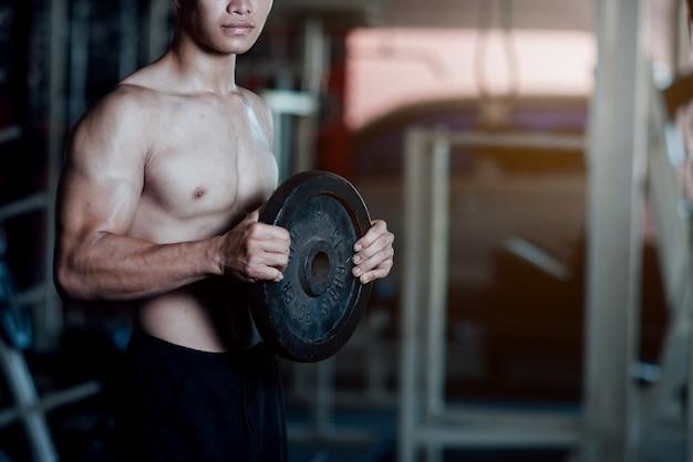 Equipamento de treino bonito no ginásio de esporte