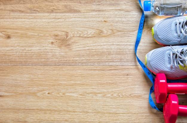 Equipamento de treino de fitness conceito saudável executando medição de fita de sapato
