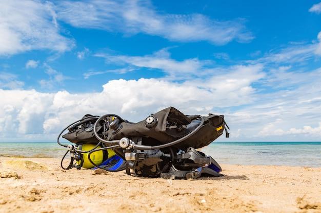 Equipamento de um mergulhador, um balão de oxigênio fica na praia. mergulho, equipamento, barbatanas, balões, máscaras