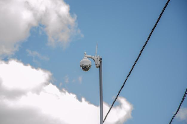 Equipamento de vídeo com câmera de segurança de vigilância cctv no controle da área do sistema de segurança do prédio externo do poste