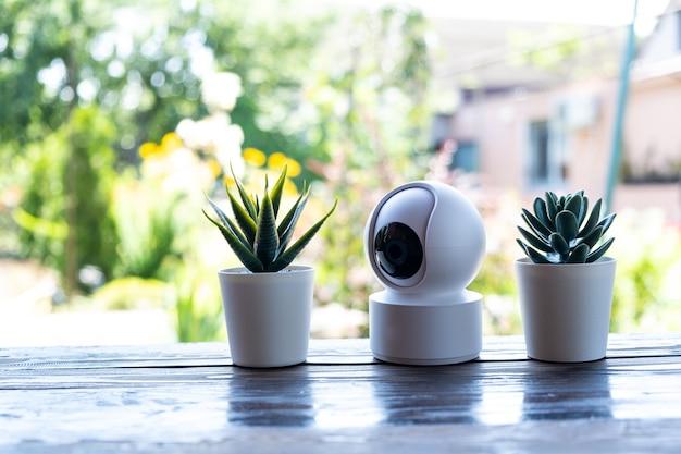 Equipamento de videovigilância na mesa. câmera de segurança compacta para segurança externa ou doméstica.