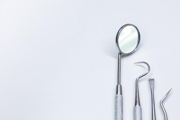 Equipamento dental no close up branco do fundo.