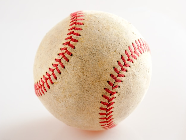 Equipamento desportivo basebol velho no fundo branco