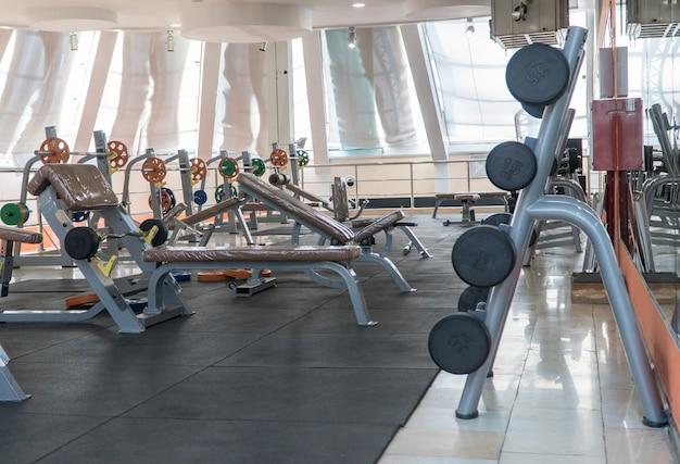 Equipamento desportivo e halteres no ginásio, ginásio desportivo interior