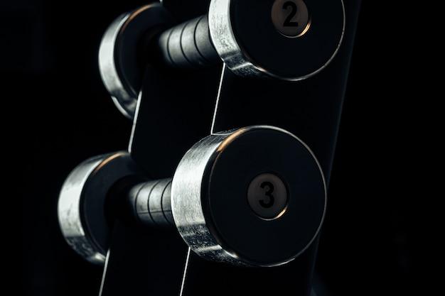 Equipamento desportivo no ginásio. halteres de peso diferente close-up