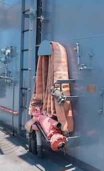 Equipamento do caminhão de bombeiros do salvamento carretel da mangueira de fogo em mangueiras de fogo ship.rolled acima em uma viatura de incêndio.