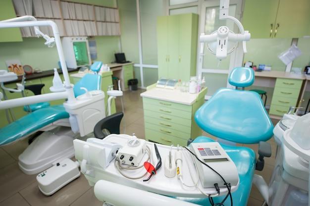 Equipamento e ferramentas dentais diferentes em um escritório moderno dos dentistas.
