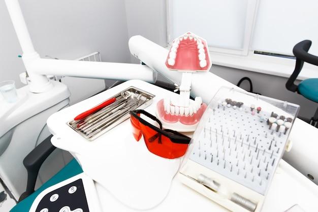 Equipamento e instrumentos dentários no consultório do dentista. ferramentas de close-up.