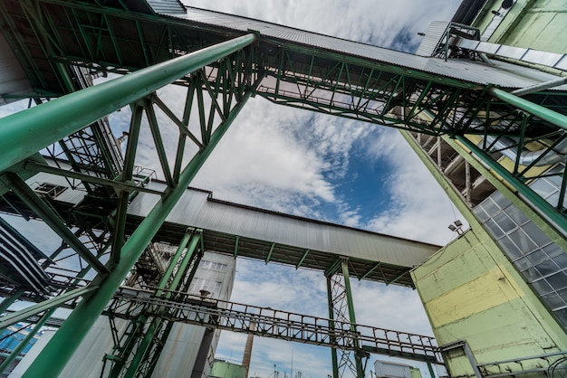 Equipamento e oleoduto na refinaria de petróleo. fundo industrial