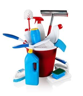 Equipamento e suprimentos de limpeza doméstica no balde - isolado