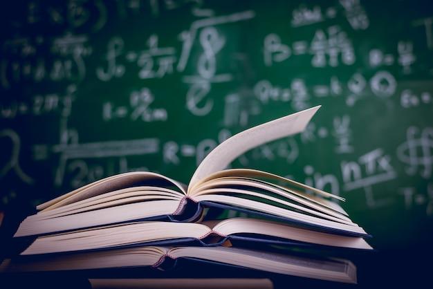 Equipamento educacional, placas e livros conceito de educação com espaço de cópia
