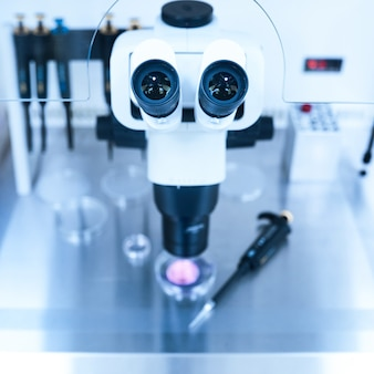Equipamento em laboratório de fertilização, fiv. microscópio da clínica de medicina reprodutiva fertilizando óvulo fora do corpo feminino