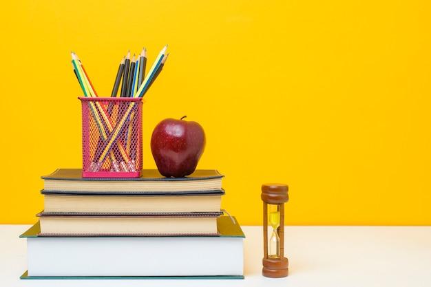 Equipamento escolar em fundo amarelo, conceito de fundo de educação equipamento escolar em fundo amarelo, conceito de fundo de educação