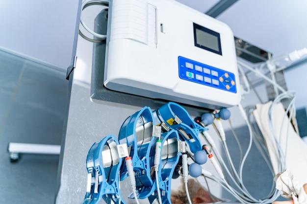 Equipamento especial na clínica. nomeação de cardiologia e conceito de medicina. eletrocardiograma. ecg na clínica.