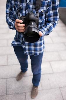 Equipamento fotográfico câmera dslr fotógrafo nos bastidores