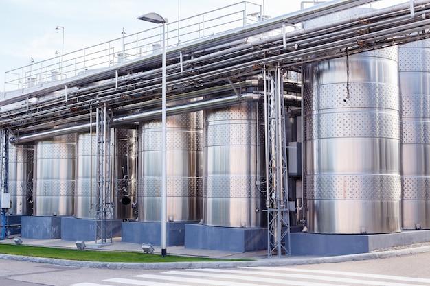 Equipamento industrial tecnologico moderno da fábrica do vinho.