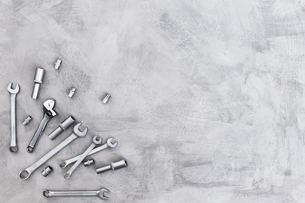 Equipamento manual para reparo e manutenção de automóveis em uma vista de mesa cinza