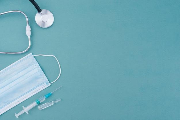Equipamento médico com estetoscópio e máscara facial
