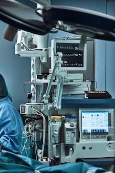 Equipamento médico de uma moderna sala de operações