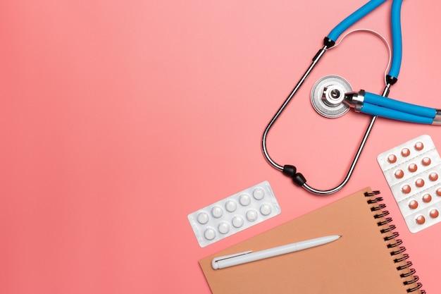 Equipamento médico em um fundo rosa pastel,