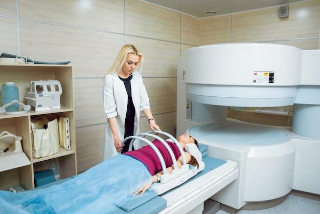 Equipamento médico. médico e paciente na sala de ressonância magnética