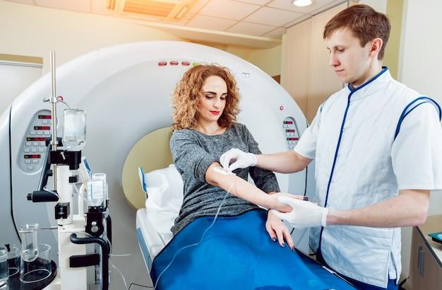 Equipamento médico. médico e paciente na sala de tomografia computadorizada