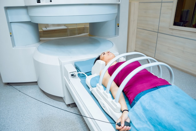 Equipamento médico. paciente na sala de ressonância magnética do hospital