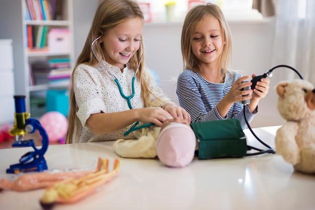 Equipamento médico usado por meninas