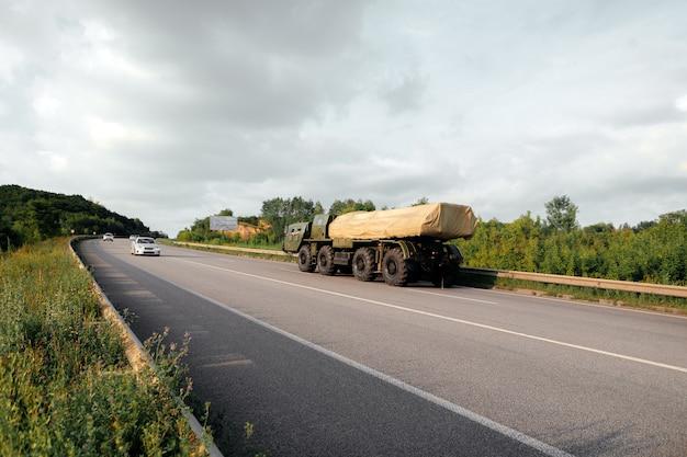 Equipamento militar se move ao longo da estrada