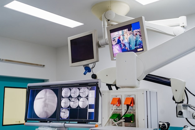 Equipamento moderno na sala de operações