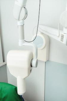 Equipamento no consultório odontológico de raios-x do hospital