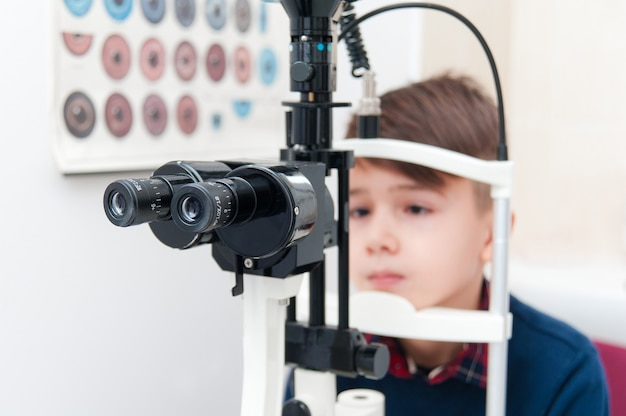 Equipamento oftálmico especial para examinar os olhos de um menino