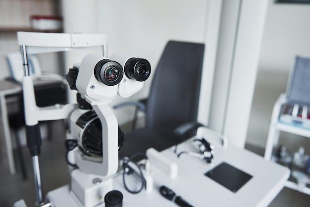 Equipamento óptico no consultório médico.