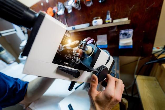 Equipamento óptico para fabricação de lentes. máquina médica profissional. oftalmologia.