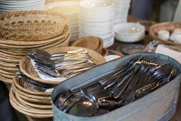 Equipamento para comer na praça de alimentação. colher e garfo são organizados de forma ordenada e conveniente