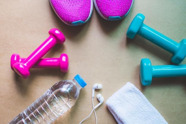 Equipamento para ginástica e halteres em casa e tênis