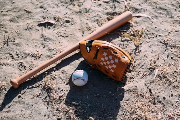 Equipamento para jogo de beisebol no chão