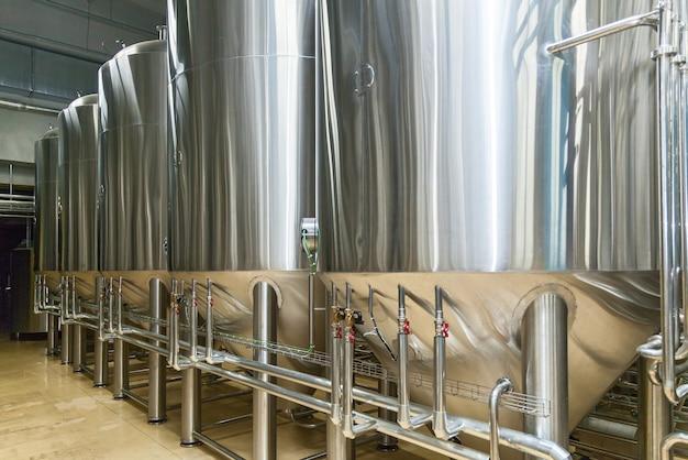Equipamento para produção de cerveja, cervejaria privada, grandes barris de aço contemporâneos em vinícola, indústria alimentícia