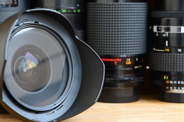 Equipamento profissional de arte fotográfica. variedade de lentes modernas